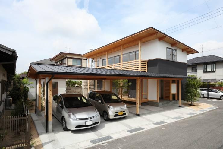 Garajes de estilo  por 三宅和彦/ミヤケ設計事務所