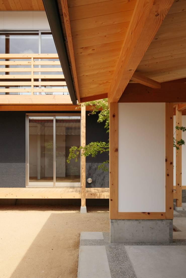 Garage/shed by 三宅和彦/ミヤケ設計事務所, Asian Wood Wood effect