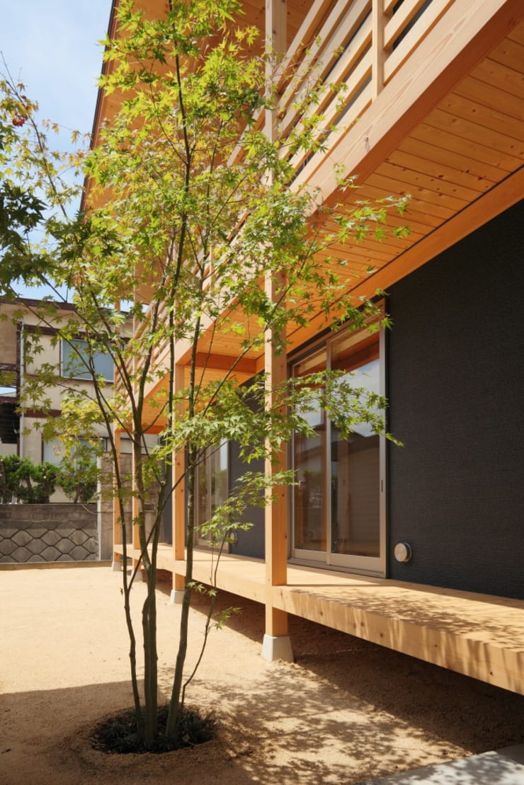 Garden by 三宅和彦/ミヤケ設計事務所, Country Solid Wood Multicolored