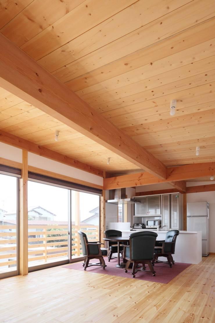 Living room by 三宅和彦/ミヤケ設計事務所, Minimalist Solid Wood Multicolored