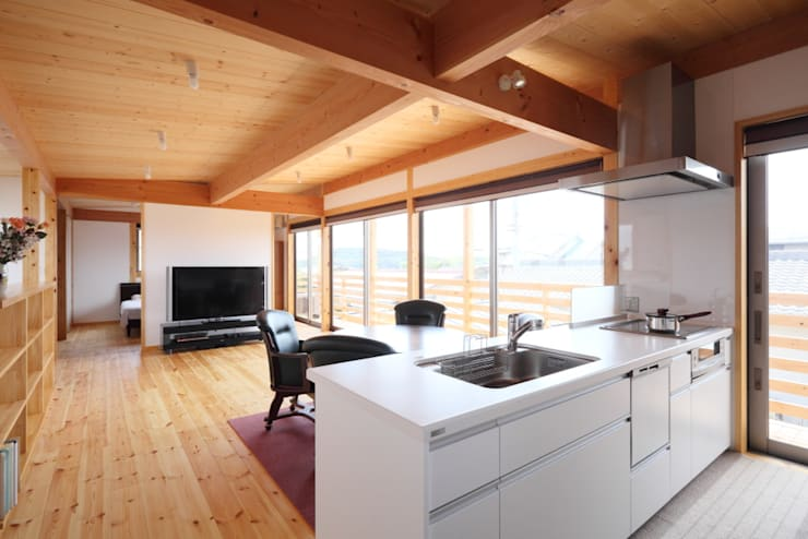 Kitchen by 三宅和彦/ミヤケ設計事務所, Country Solid Wood Multicolored