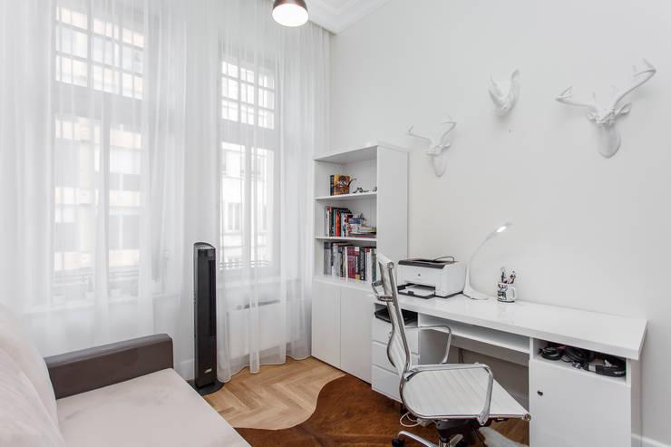 Rakowicka 8 – 68m2: styl , w kategorii Sypialnia zaprojektowany przez UNQO,Klasyczny