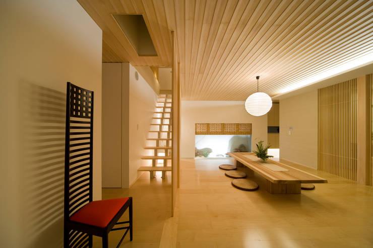 凛椛Classic: 一級建築士事務所 株式会社KADeLが手掛けたリビングです。