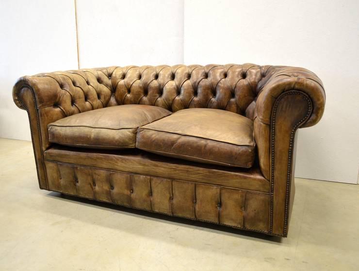 Vintage Chesterfield 2er Sofa: klassische Wohnzimmer von Interior Aksel