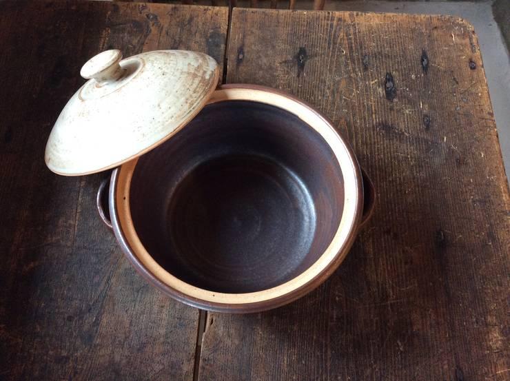 鉄釉土鍋2: うつわと手仕事の店 研が手掛けたキッチンです。