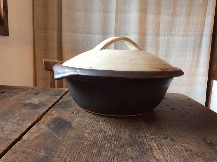 鉄釉土鍋3: うつわと手仕事の店 研が手掛けたキッチンです。
