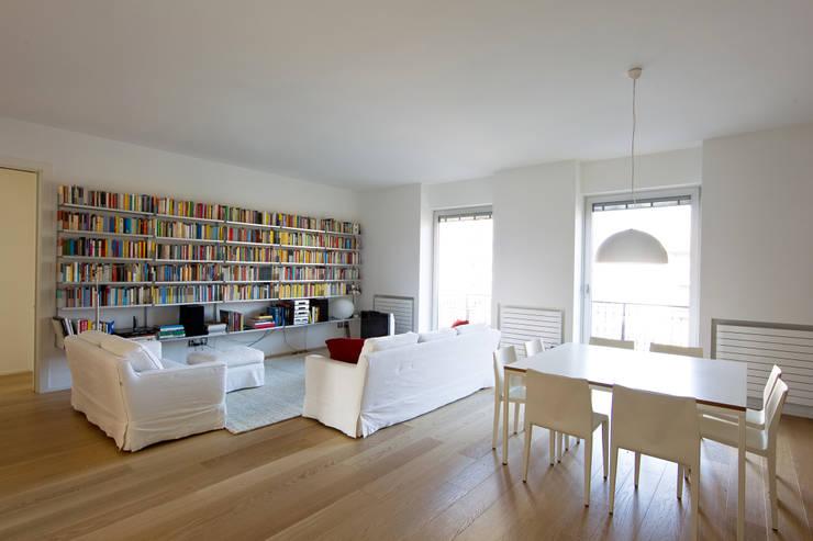 Progetto: Soggiorno in stile in stile Moderno di R+TB Architetti Associati