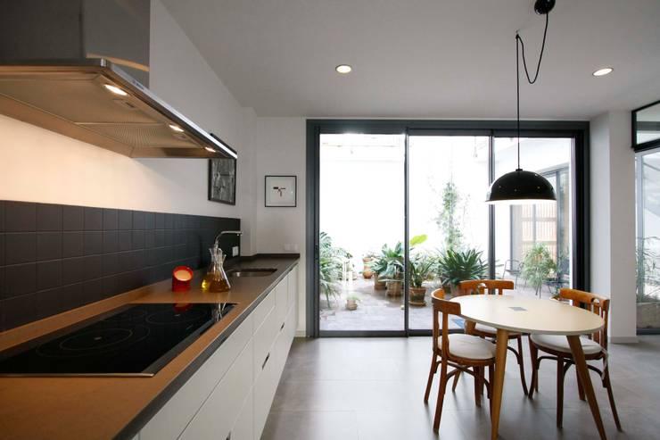 Cocinas de estilo moderno por beppoarquitectura