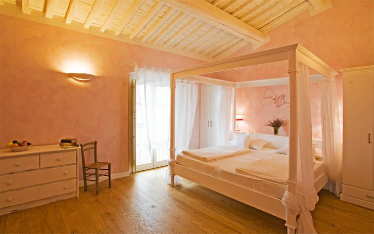 country Bedroom by falegnameria Cortinovis Lorenzo dei f.lli Cortinovis Ivano e Maria s.n.c.