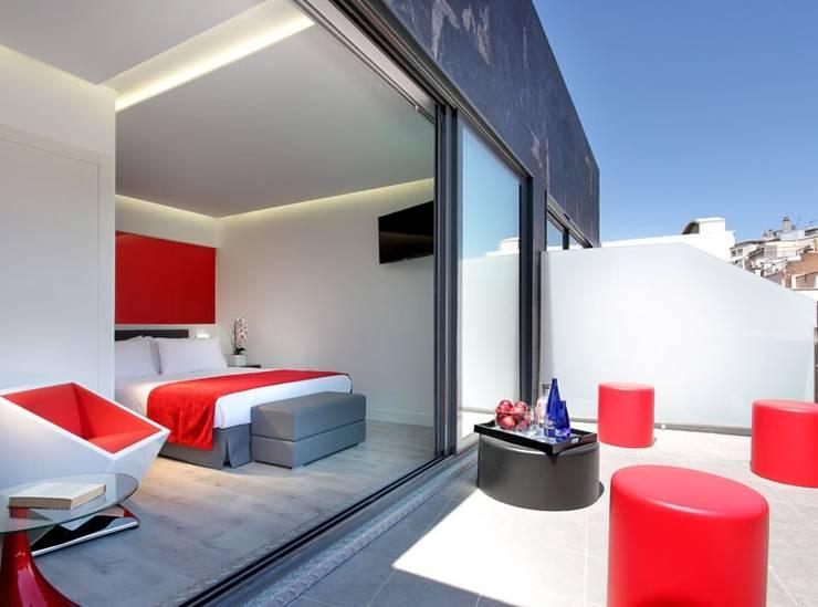 HOTEL EXE CENTRAL : Dormitorios de estilo  de Tiendas On