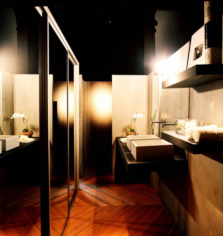 PROJETO ARQ. ELAINE BETTIO: Banheiros modernos por BRAESCHER FOTOGRAFIA