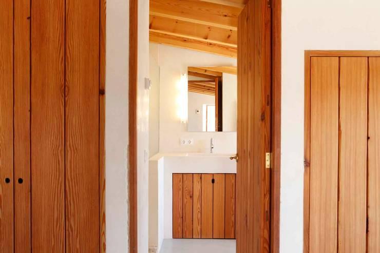Son Manxo: Baños de estilo rural de beppoarquitectura