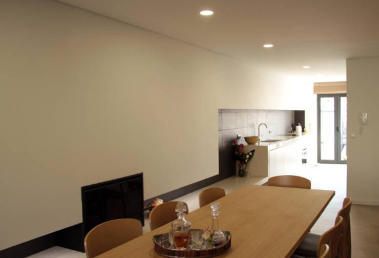 Casa na Póvoa de Varzim: Salas de jantar  por ASVS Arquitectos Associados