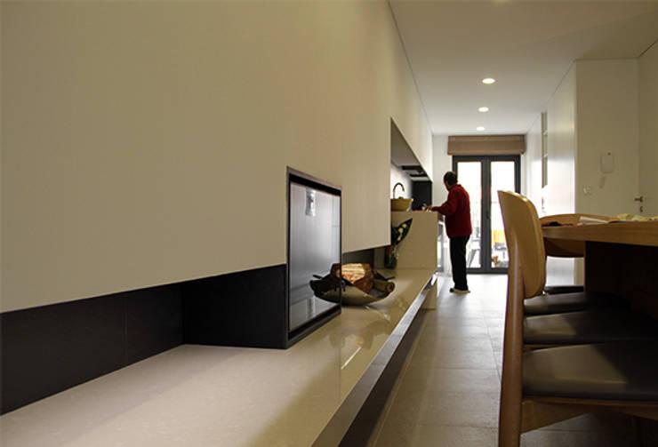 Casa na Póvoa de Varzim: Cozinhas  por ASVS Arquitectos Associados