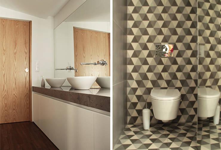 Casa na Póvoa de Varzim: Casas de banho  por ASVS Arquitectos Associados