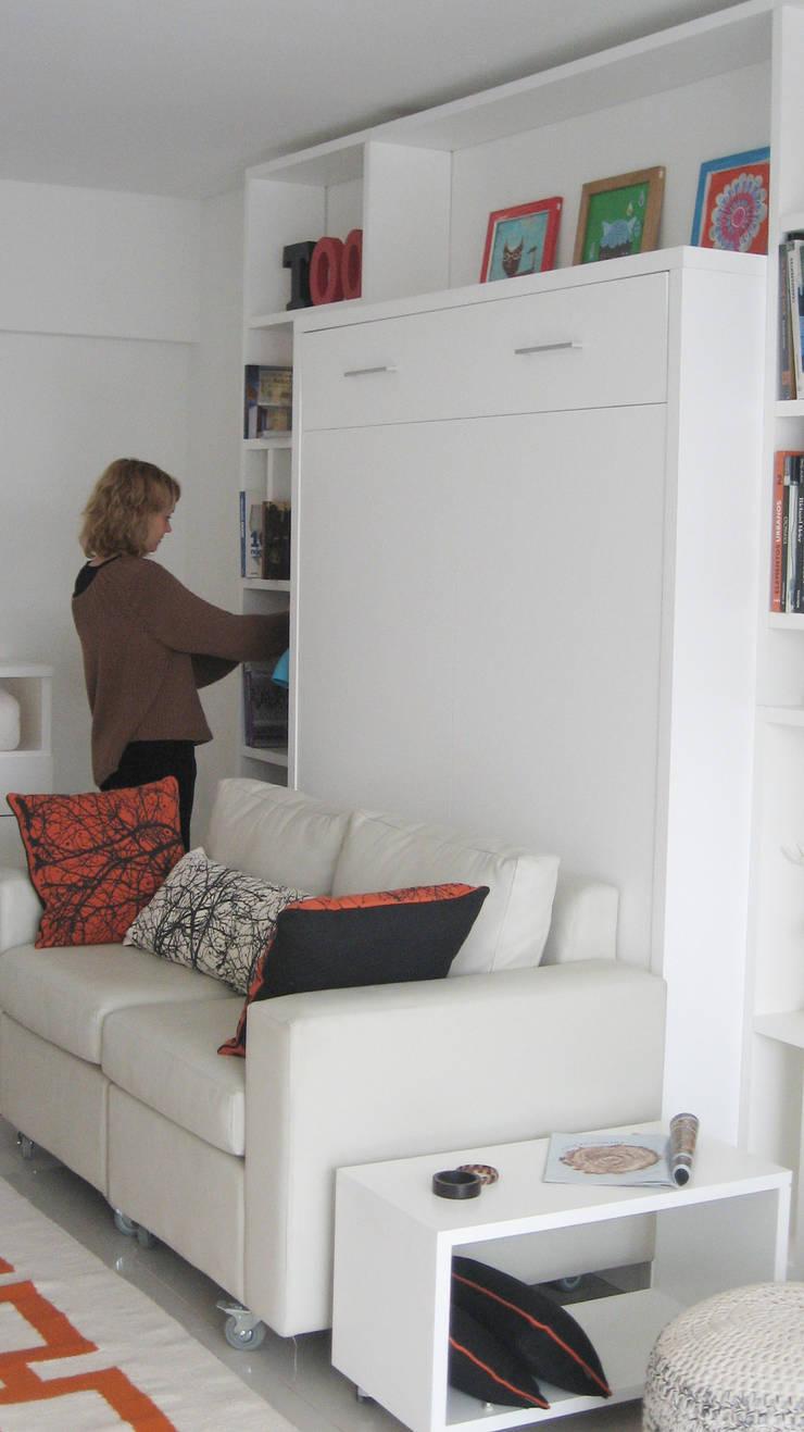 Guardado + Cama rebatible: Livings de estilo  por MINBAI