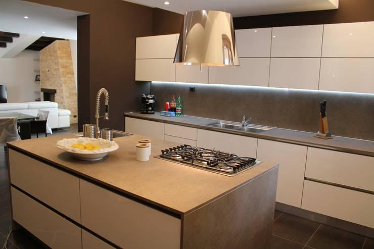 Cucina con isola: Cucina in stile  di Giuseppe Rappa & Angelo M. Castiglione