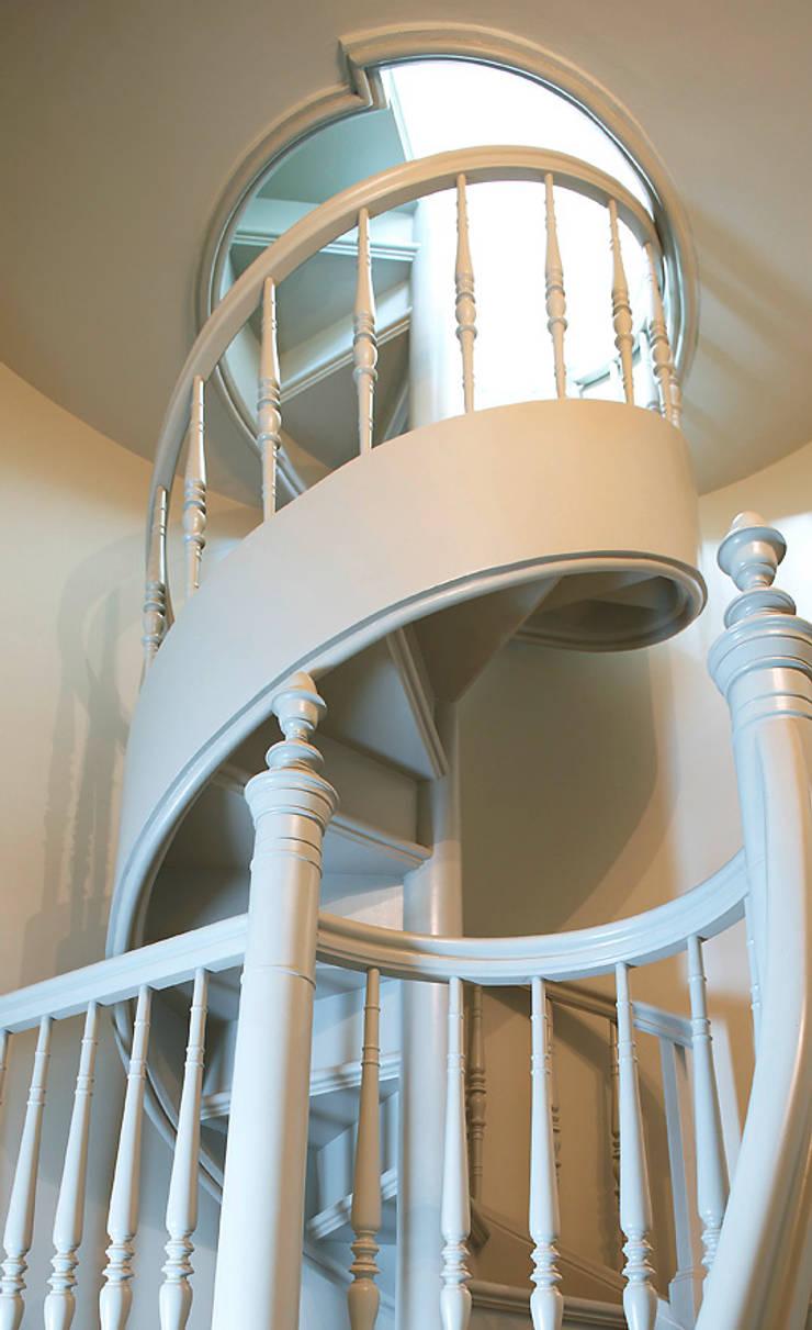 ST089 Policzkowe schody gięte z dębu malowanego / ST089 Curved stringer stair made of painted oak: styl , w kategorii Korytarz, przedpokój zaprojektowany przez Trąbczyński,Klasyczny Drewno O efekcie drewna