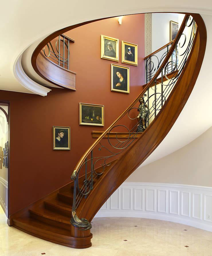 ST455 Klasyczne schody gięte drewniane / ST455 Classical Curved Wooden Stairs: styl , w kategorii Korytarz, przedpokój zaprojektowany przez Trąbczyński
