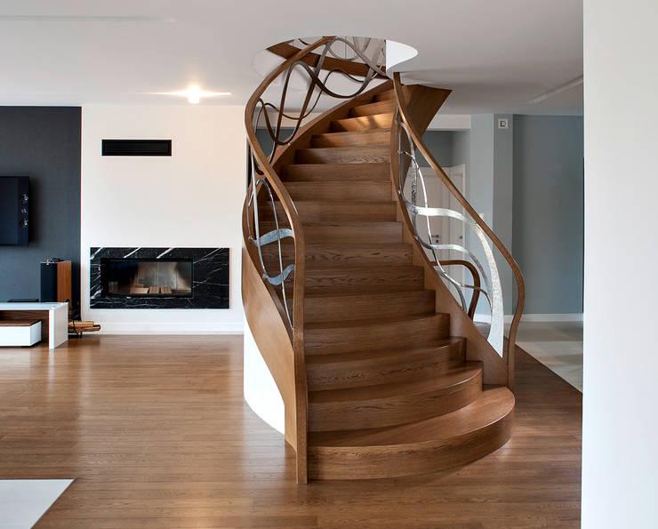 ST797 Nowoczesne schody dębowe / ST797 Modern Oak Stairs: styl , w kategorii Korytarz, przedpokój zaprojektowany przez Trąbczyński