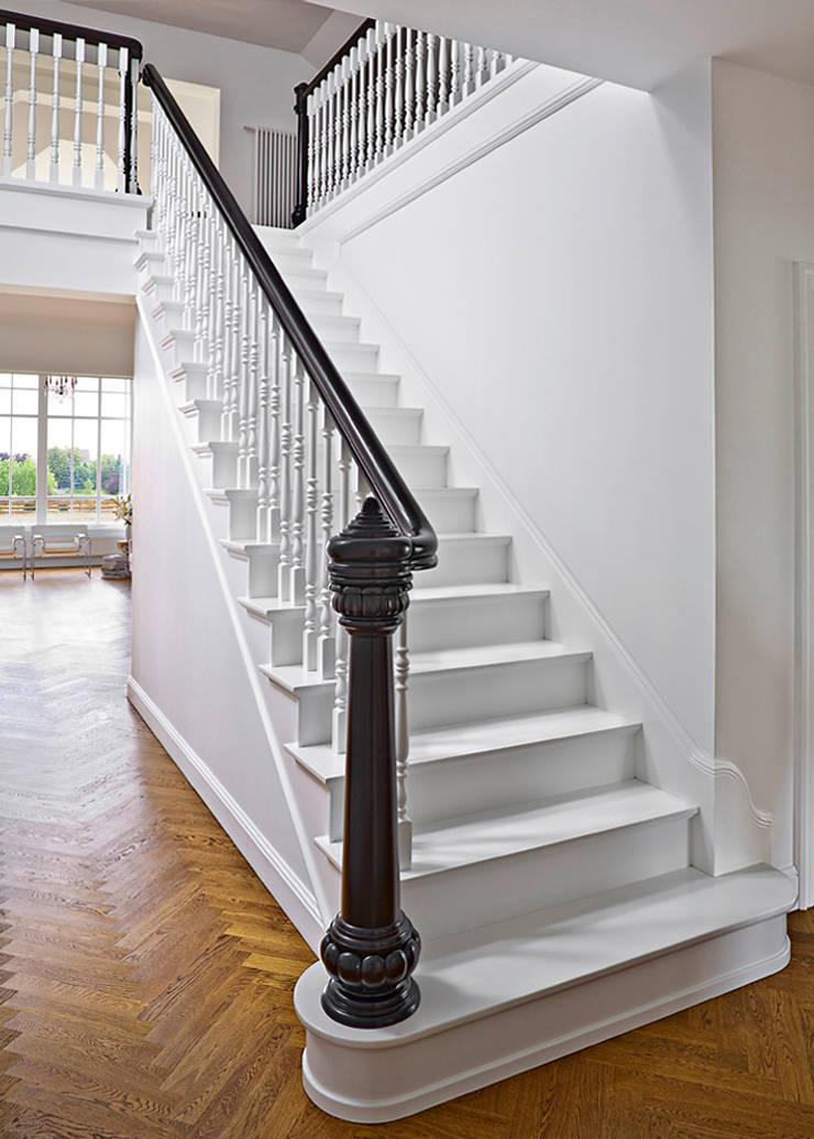 ST166 Schody klasyczne / ST166 Classical Stairs: styl , w kategorii Korytarz, przedpokój zaprojektowany przez Trąbczyński,Klasyczny Drewno O efekcie drewna