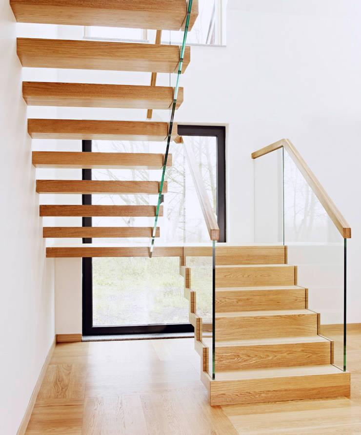 ST910 Schody nowoczesne dywanowe / ST910 Modern Floating Stairs: styl , w kategorii Korytarz, przedpokój zaprojektowany przez Trąbczyński