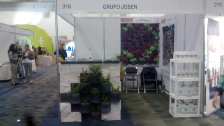 FLORESTA NEGRO CON RUSTICO BLANCO CON POLVO DE MARMOL : Jardines de estilo  por ENFOQUE CONSTRUCTIVO