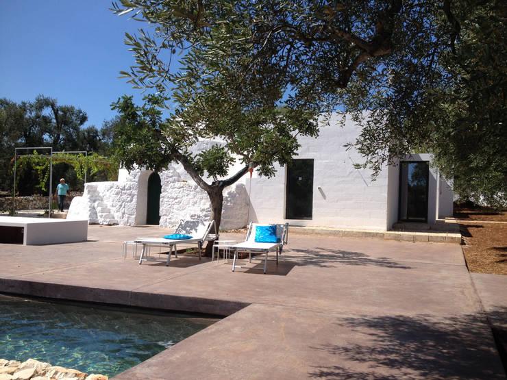 trullo con piscina: Case in stile in stile Minimalista di gabriele pimpini architetto