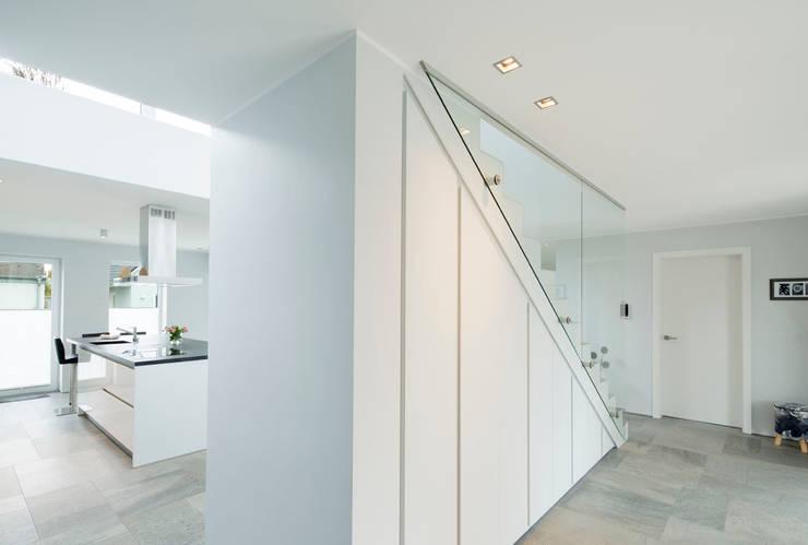 Pasillos y vestíbulos de estilo  de Architektur Jansen