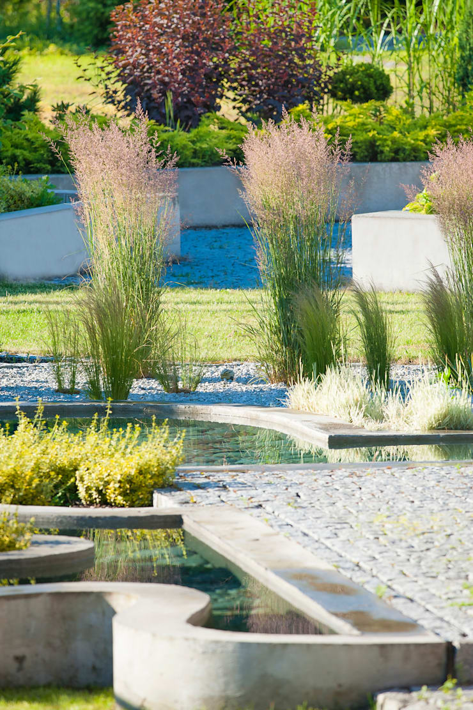 Ogród: styl , w kategorii Ogród zaprojektowany przez Pracownia Projektowa Architektury Krajobrazu Januszówka