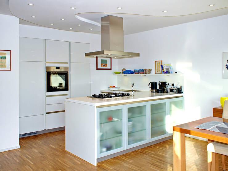2-Familien-Doppelhaushälfte in Plankstadt:  Küche von Miccoli ARCHITEKTUR+IMMOBILIEN Atelier