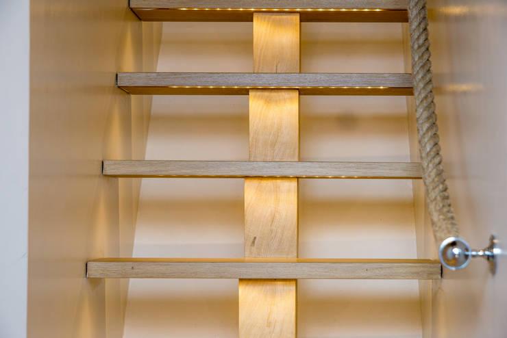 Marie, Elise & Agathe: Couloir, entrée, escaliers de style de style Moderne par CHRISTELLE MALDAGUE