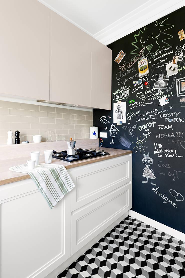 Sentymentalne mieszkanie na Muranowie: styl , w kategorii Kuchnia zaprojektowany przez Dagmara Zawadzka Architektura Wnętrz,Eklektyczny