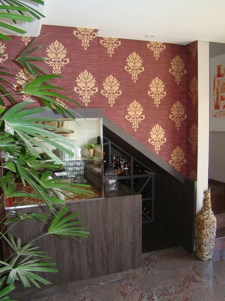 Aproveitamento debaixo da escada: Adega  por Sgabello Interiores