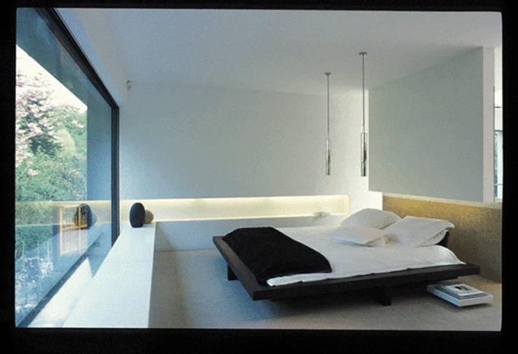 Dormitorios de estilo moderno de Jacques Vanharen