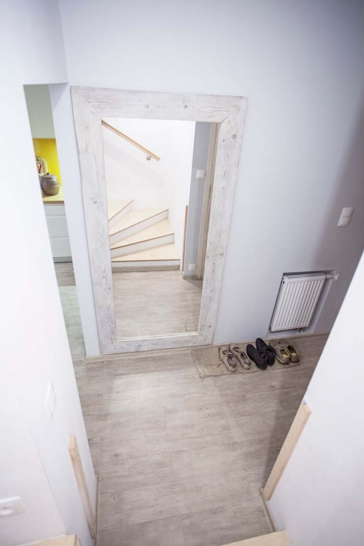 Parter w domu jednorodzinnym: styl , w kategorii Korytarz, przedpokój zaprojektowany przez Patyna Projekt