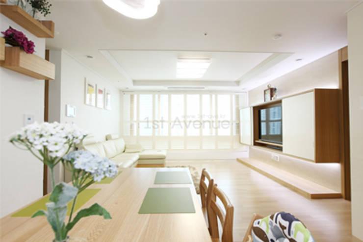 하얀 수국을 닮은 화이트톤 인테리어: 퍼스트애비뉴의  거실