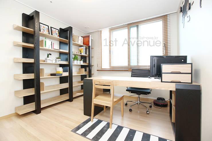 하얀 수국을 닮은 화이트톤 인테리어: 퍼스트애비뉴의  서재 & 사무실