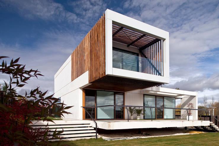 Vivienda Unifamiliar: Casas de estilo moderno de Eduardo Irago Fotografia