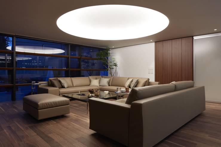 SAKURA SAKURA SAKURA HOUSE: Mアーキテクツ 高級邸宅 豪邸 注文住宅 別荘建築 LUXURY HOUSES   M-architectsが手掛けたリビングです。,モダン