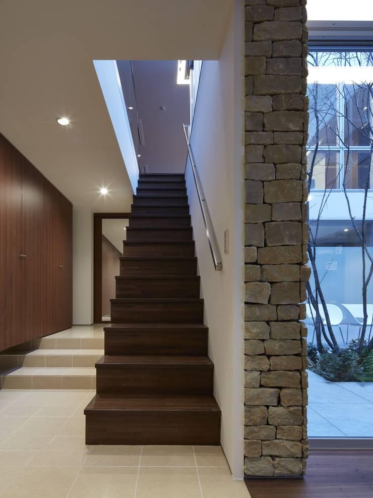 SAKURA SAKURA SAKURA HOUSE: Mアーキテクツ 高級邸宅 豪邸 注文住宅 別荘建築 LUXURY HOUSES   M-architectsが手掛けた廊下 & 玄関です。,モダン