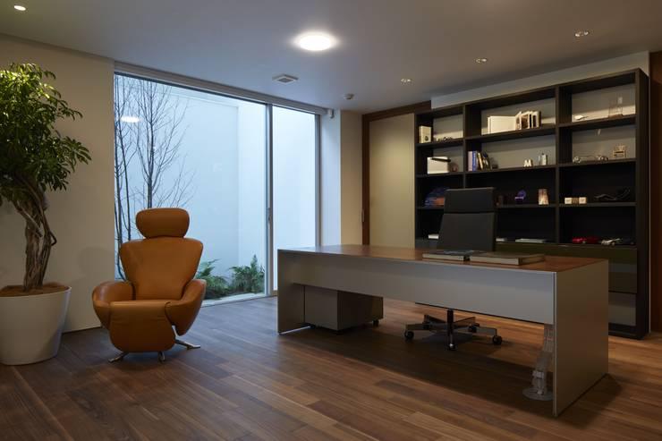 SAKURA SAKURA SAKURA HOUSE: Mアーキテクツ 高級邸宅 豪邸 注文住宅 別荘建築 LUXURY HOUSES   M-architectsが手掛けた書斎です。,モダン