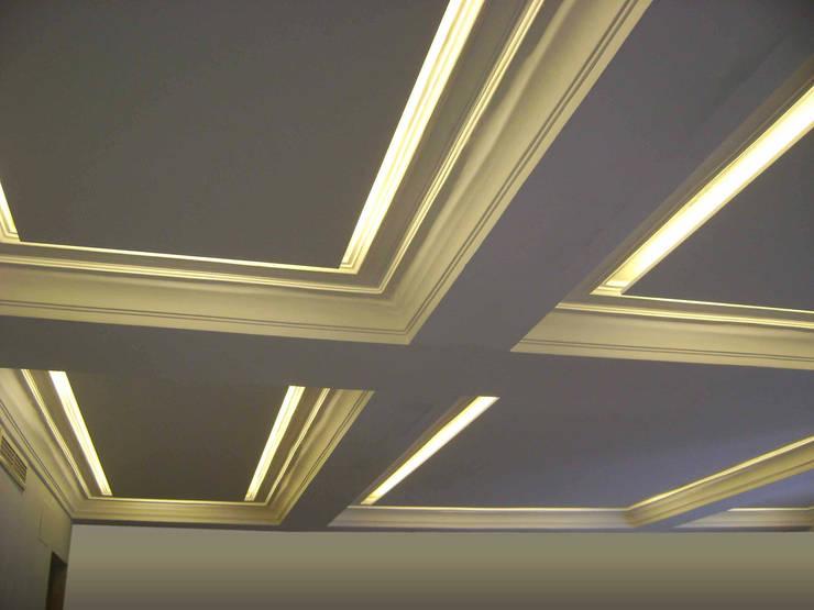 Vista en detalle del techo del salón, estado reformado: Salones de estilo  de CPETC