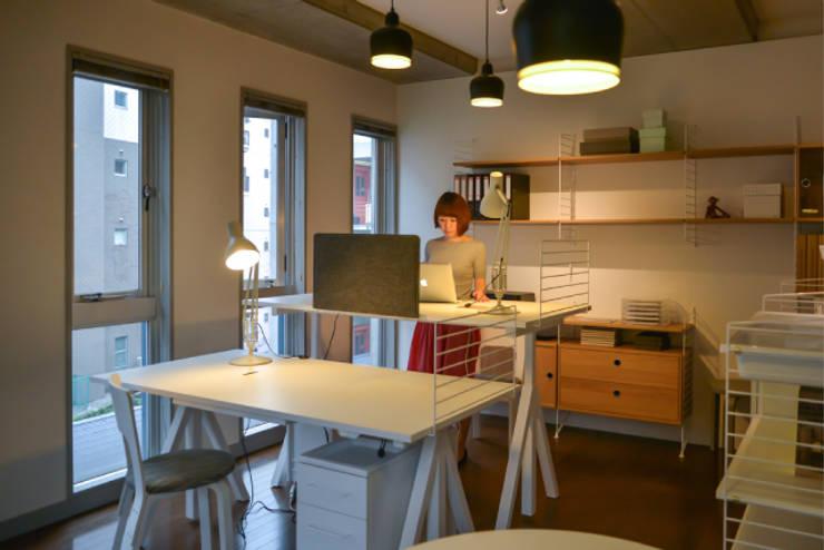 スウェーデン人の3人に2人は使っている壁掛け収納ストリング: greenicheが手掛けた勉強部屋/オフィスです。