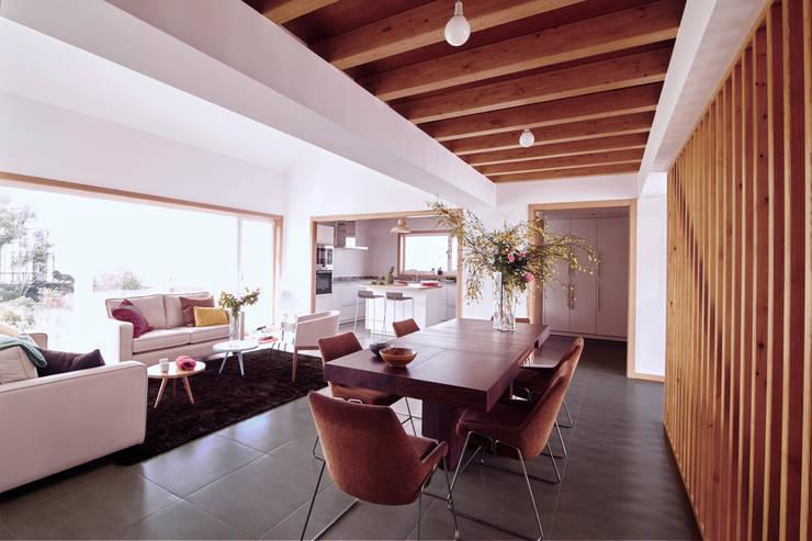 La casa de Sara y Fran: Salones de estilo escandinavo de Estudio de Arquitectura Sra.Farnsworth