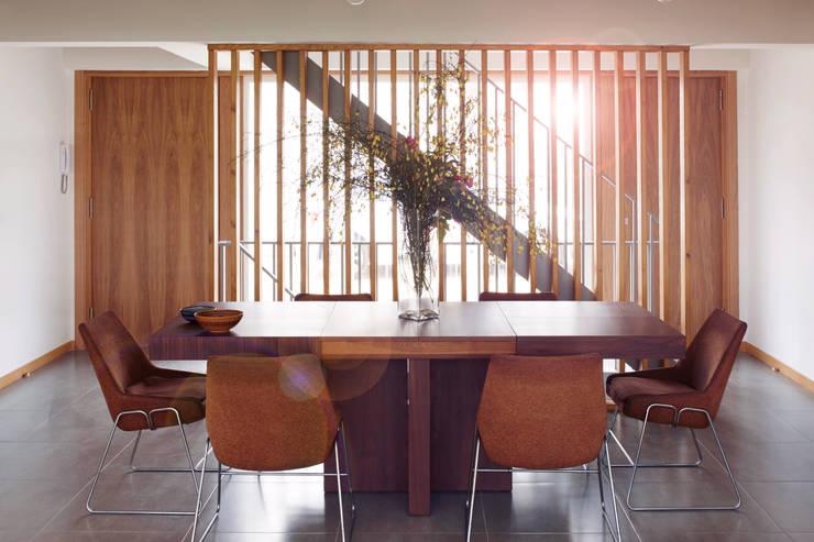 La casa de Sara y Fran: Comedores de estilo escandinavo de Estudio de Arquitectura Sra.Farnsworth