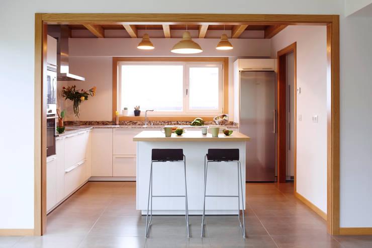 La casa de Sara y Fran: Cocinas de estilo escandinavo de Estudio de Arquitectura Sra.Farnsworth
