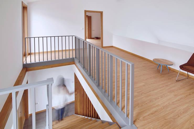 La casa de Sara y Fran: Pasillos y vestíbulos de estilo  de Estudio de Arquitectura Sra.Farnsworth