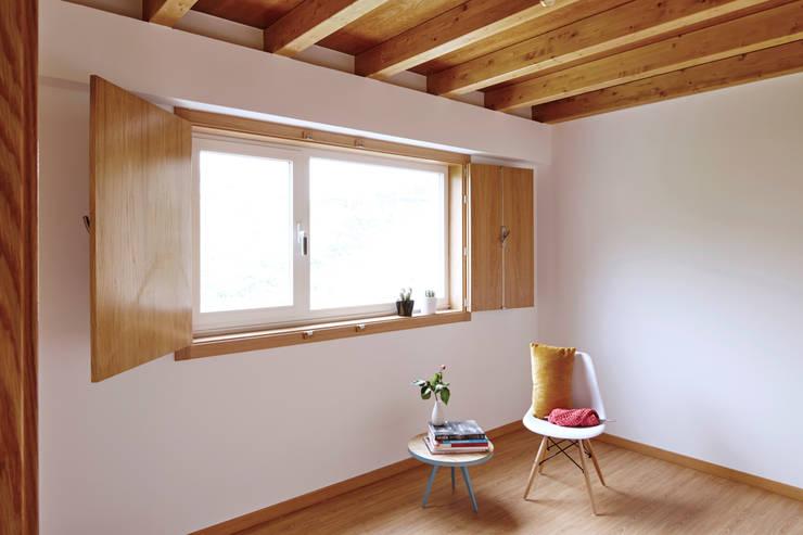 La casa de Sara y Fran: Dormitorios de estilo escandinavo de Estudio de Arquitectura Sra.Farnsworth