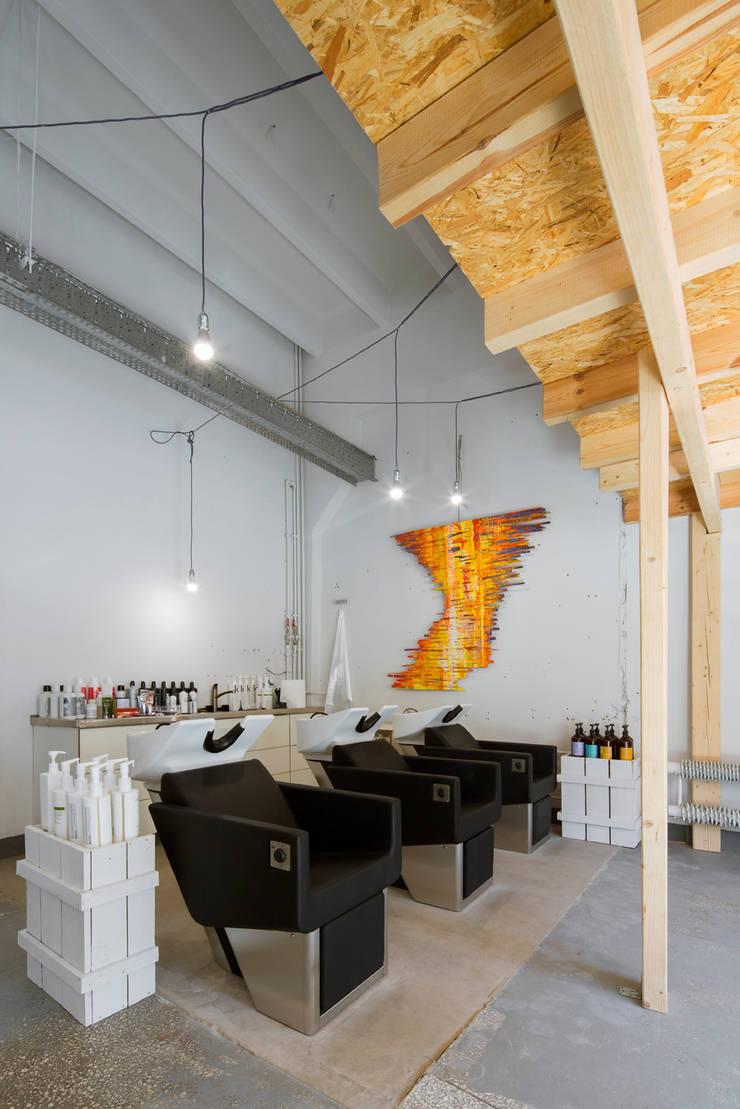 Loft Hair Emergency: styl , w kategorii Przestrzenie biurowe i magazynowe zaprojektowany przez Pracownia Projektowa Poco Design